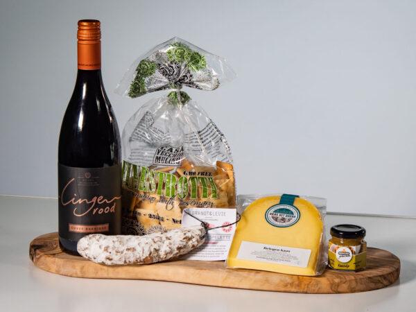 Borrelpakket streekproducten met Nederlandse wijn